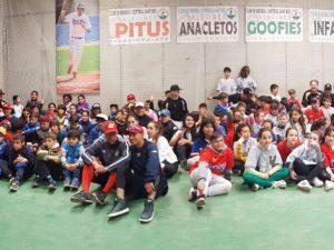 100 escolares de las escuelas Rafael Casanova y Barrufet, en el estadio de beisbol